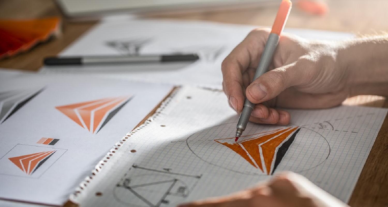 Designer criando logo de empresa